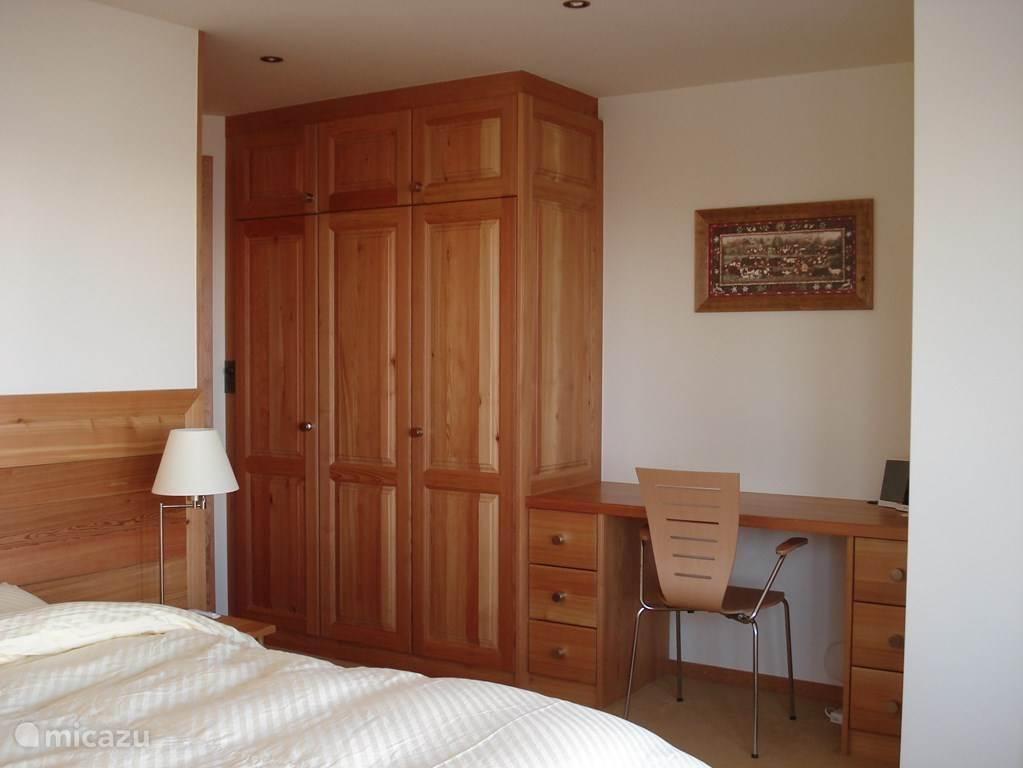 Alle slaapkamers zijn in dezelfde stijl, met veel kastruimte en een eigen badkamer.
