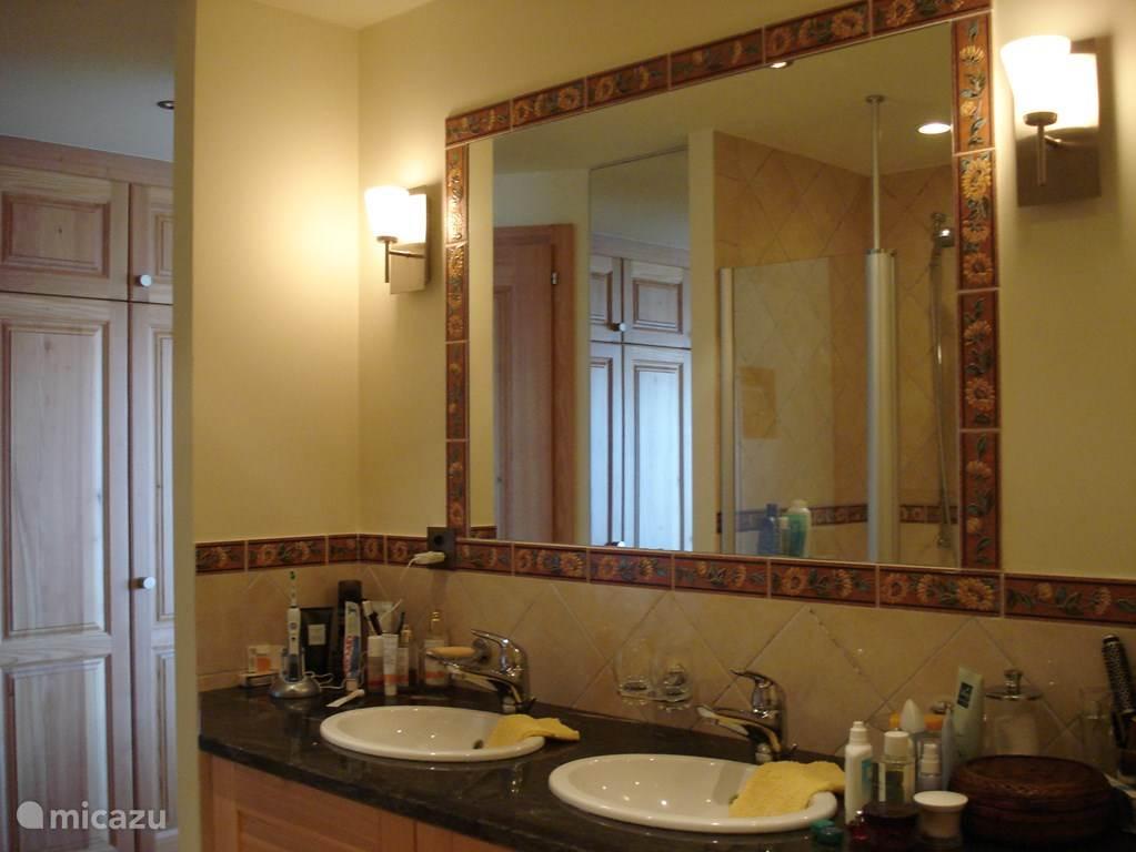 Een voorbeeld van een badkamer. Elke badkamer heeft een dubbele wastafel.