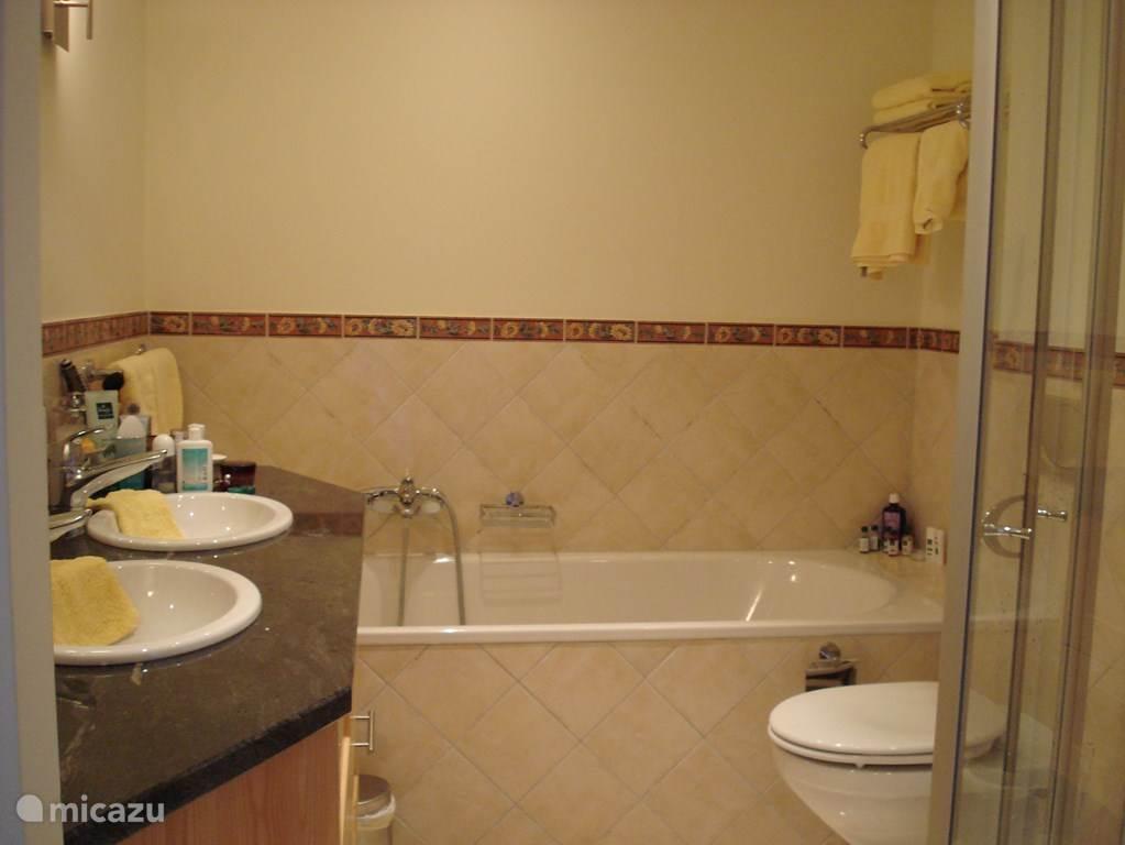 3 van de vier badkamers hebben niet alleen een douche maar ook een bad.