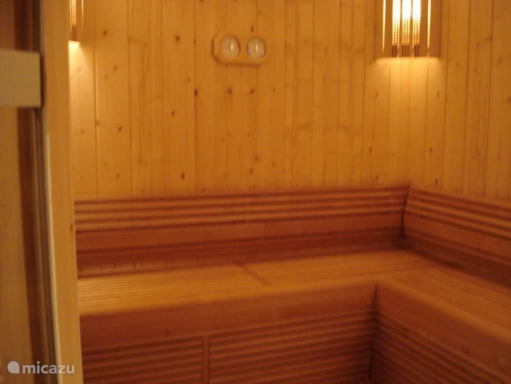 Er is een ruime sauna.
