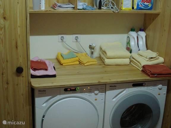 In de technische ruimte staan de wasmachine en wasdroger.