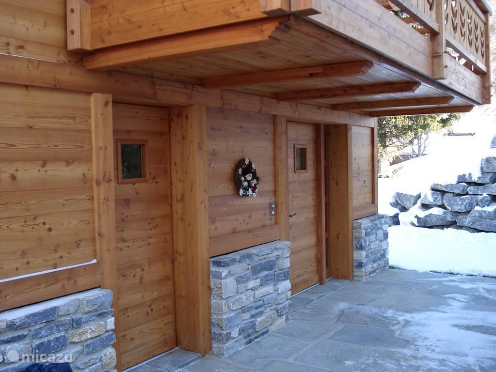 Vanaf de oprit loop je naar de ingang van het chalet. De eerste deur geeft toegang tot de skiroom en de tweede deur is de deur naar de hal. Meestal gaat iedereen door de skiroom naar binnen, want daar doe je ook je schoenen uit.