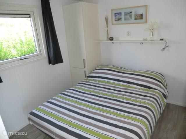 De rustgevende slaapkamer. Met linnenkast en voldoende bergruimte.
