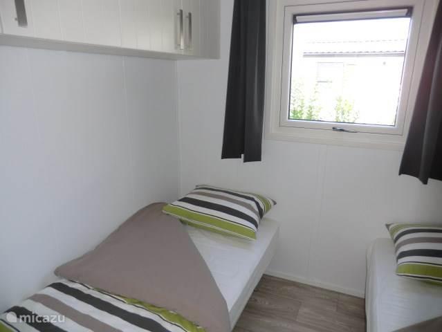 De 2e slaapkamer met 2- éénpersoonsbedden