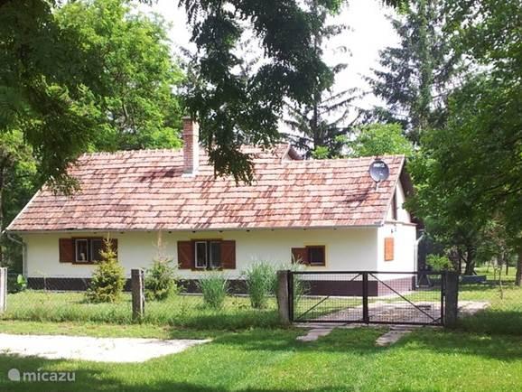 De originele tanya (boerderijtje) rustig gelegen in de bossen met eigen omheind terrein 1000 m2 en eigen oprit.