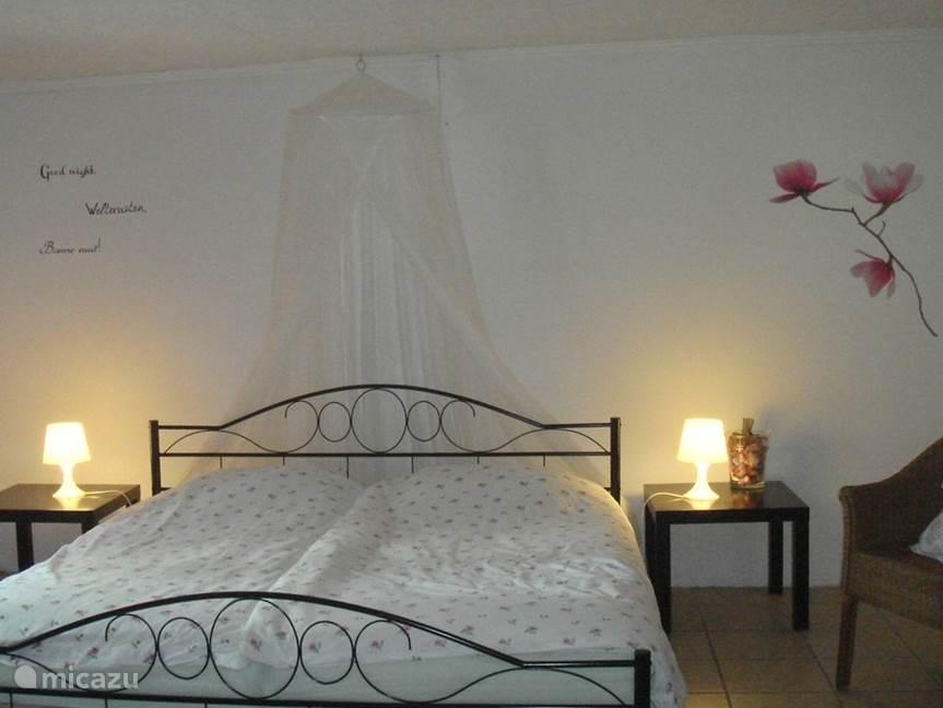 Een heerlijke koele romantische en koele slaapkamer met 2 persoonsbed 180 x 200 mtr en grote klerenkast en kaptafel.