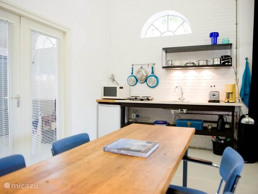 De studio, de keuken, werkgedeelte