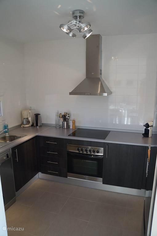 Keuken inclusief oven, 4 pits kookplaat, vaatwasser, grote koelkast, magnetron, nespresso apparaat,  koffiezetapparaat (filter), grill en vele elektrische apparaten.
