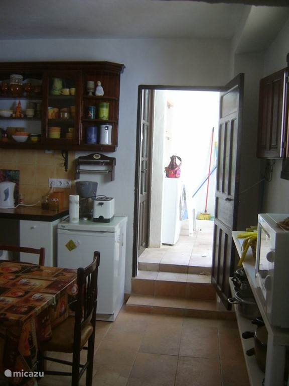 toegang tot badkamer en patio vanuit de keuken