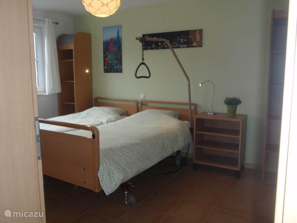 Slaapkamer met 2 aparte bedden waarvan 1 electrisch hoog-laag bed