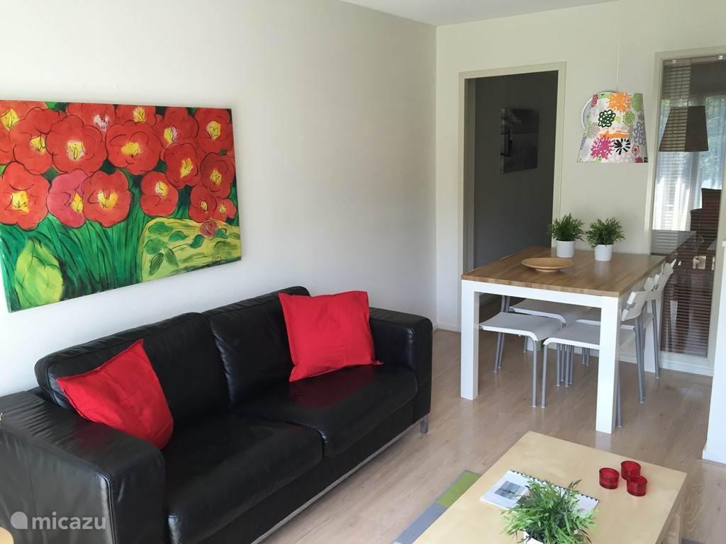 We hebben ons appartement recent compleet gerenoveerd en we zijn trots op het resultaat! Dit is de zithoek.