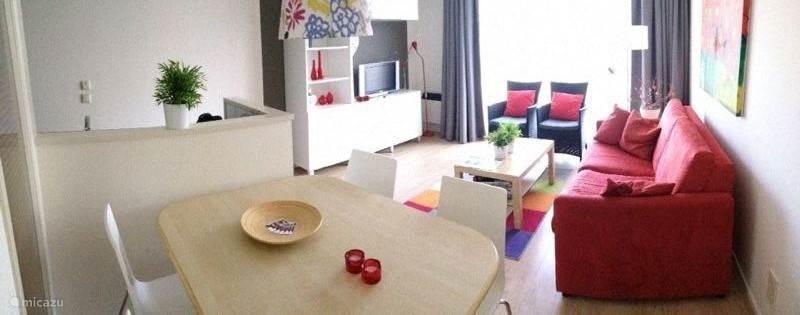 We hebben ons appartement recent compleet gerenoveerd en we zijn trots op het resultaat! Dit is een totaalbeeld