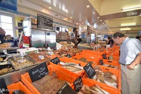 De overdekte vismarkt van Le Treport