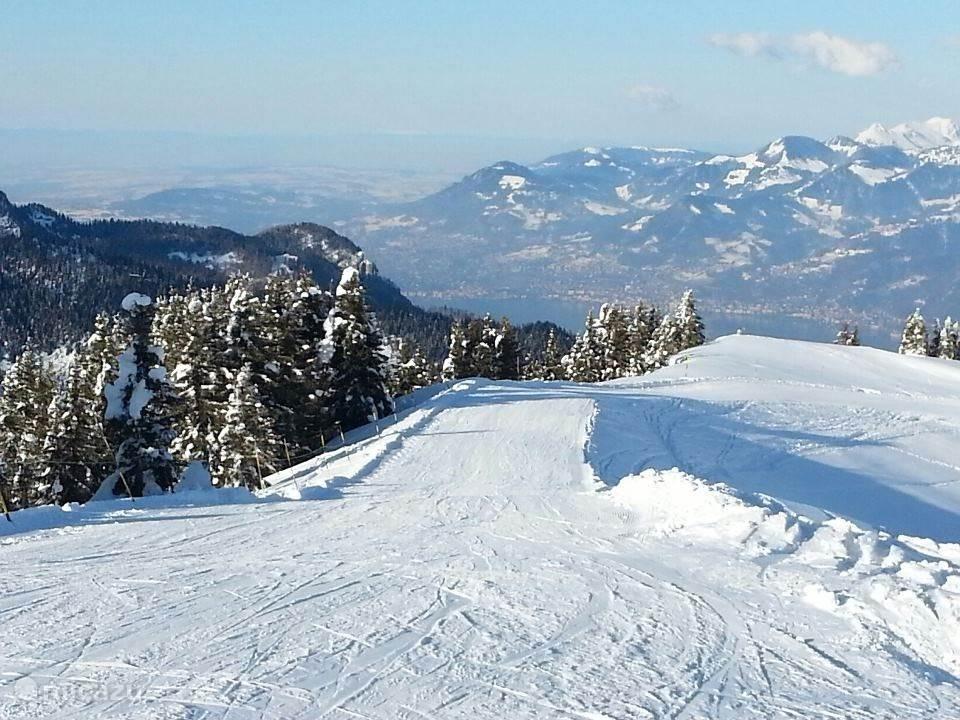 Skieen met uitzicht op het meer van Geneve