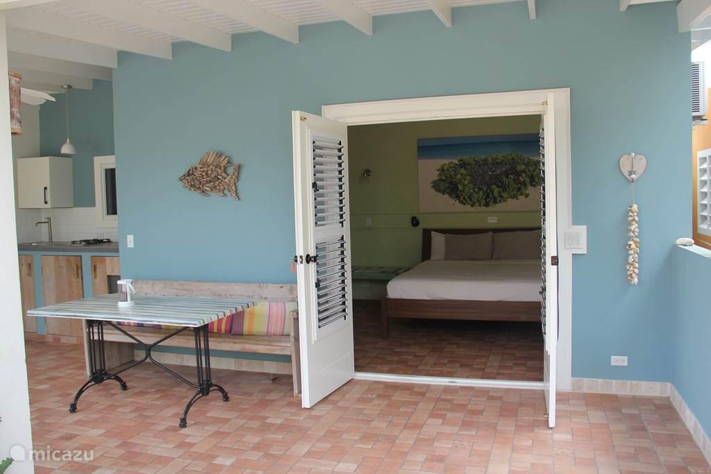 slaapkamer met openslaande deuren
