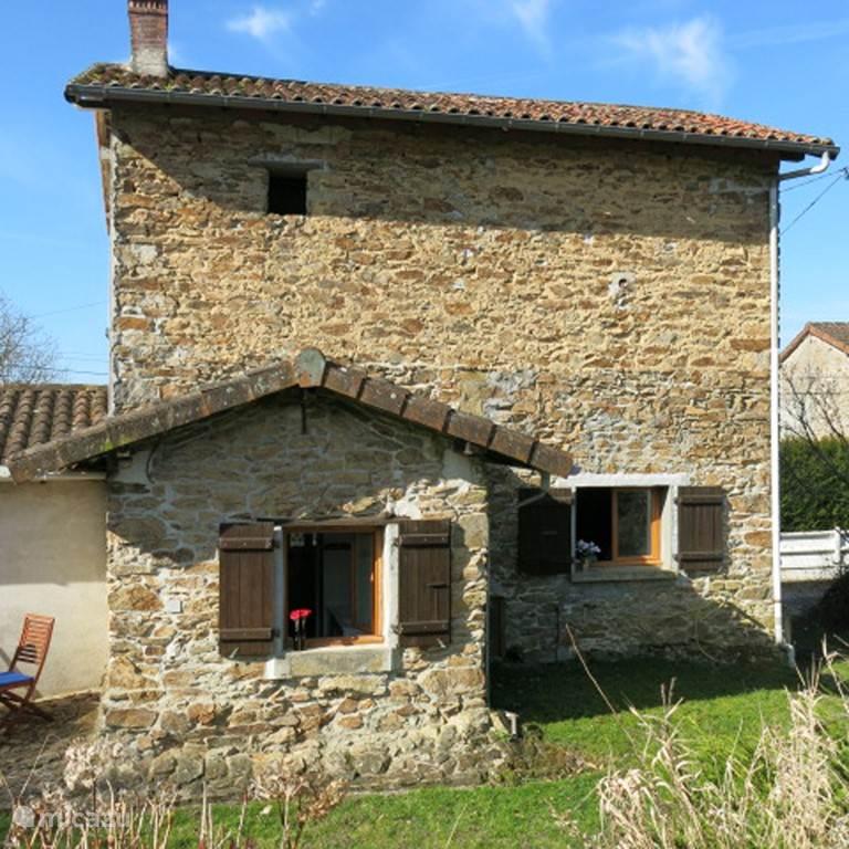 Authentiek van buiten en modern van binnen.Fleurs Rouges uit 1895 is echt een huis uit de Limousin:opgebouwd uit rotsblokken maar aan de voorkant gepleisterd (HEEL modern in die tijd). Het pleisterwerk vertoont de karakteristieke trekken van het doorbloedenvan de gekleurde rotsblokken.