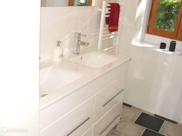 Badkamer: klein maar fijn!. met dubbele wastafel, grote douche(cabine) toilet en handdoekradiator. De ramen zijn ondertussen voorzien van matglasfolie, hierdoor : privacy en toch lekker licht