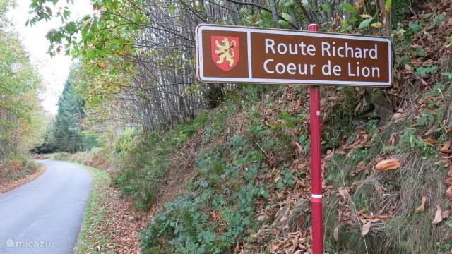 Van ansichtkaart naar ansichtkaart over kleine weggetjes om de geschiedenis van Richard Coeur de Lion, bij ons bekend als Richard Leeuwenhart te ontdekken. Leuk in alle jaargetijden.
