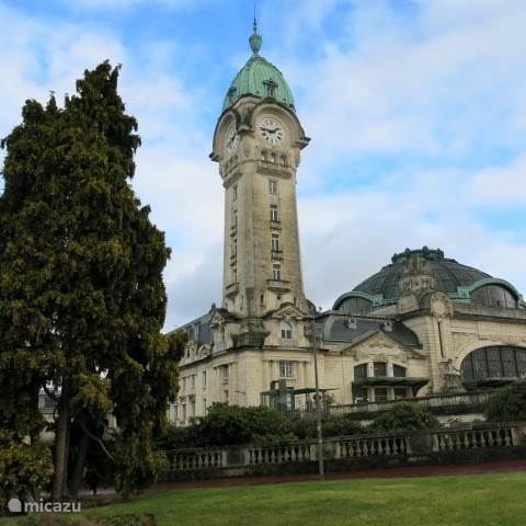 Station Limoges-Bénédictines (1929), vernoemd naar het klooster dat hier tot de Franse revolutie stond. Het art-deco gebouw met binnen veel beelden weerspiegelt de rijkdom  als hoofdstad van de emaille-industrie in die tijd,