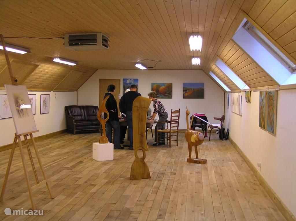 Het atelier op de bovenverdieping van de naastgelegen schuur. Hier worden diverse workshops op creatief gebied gegeven. Ook tijdens Uw verblijf kunnen wij een workshop verzorgen. Natuurlijk ook uitermate geschikt voor een creatief vriendinnenweekend of een weekje weg met de schildersclub.