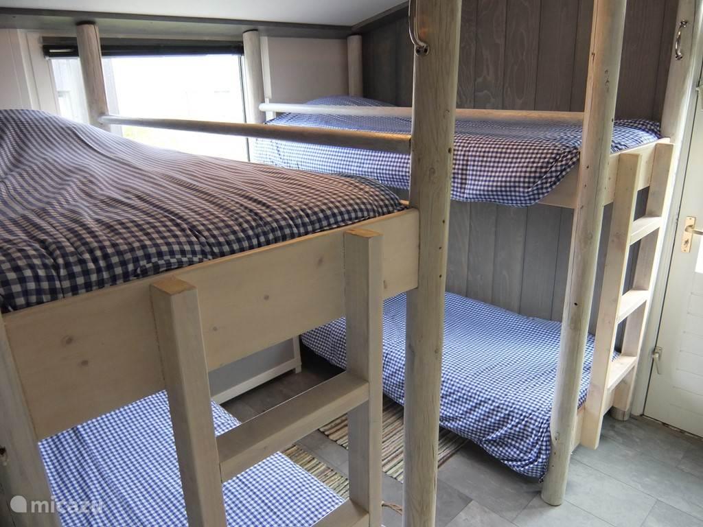 Slaapkamer met twee stapelbedden