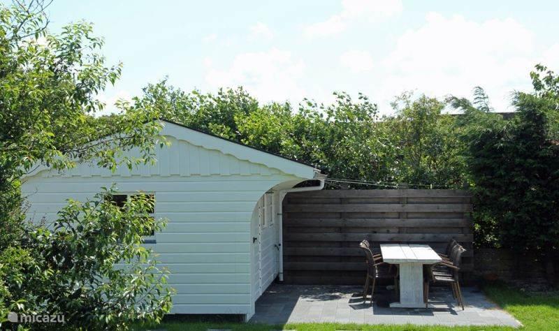 Terras met eigen tuinhuisje