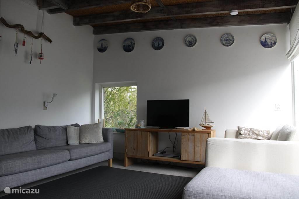In de sfeervolle lichte woonkamer is het goed toeven!
