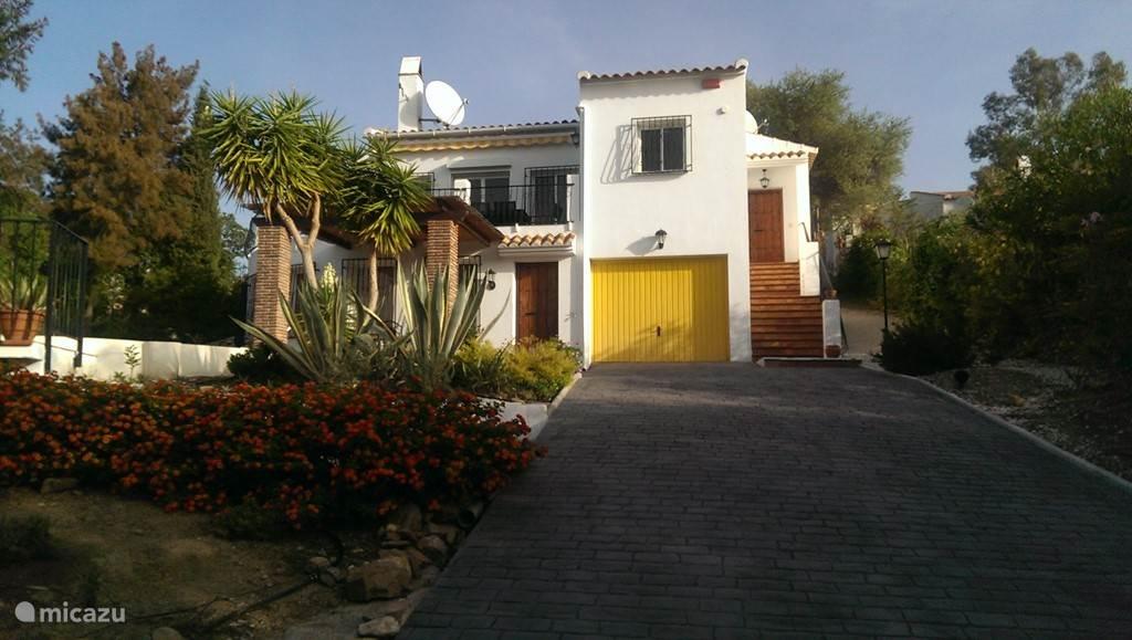 Oprit van de villa met de trap naar het huis.
