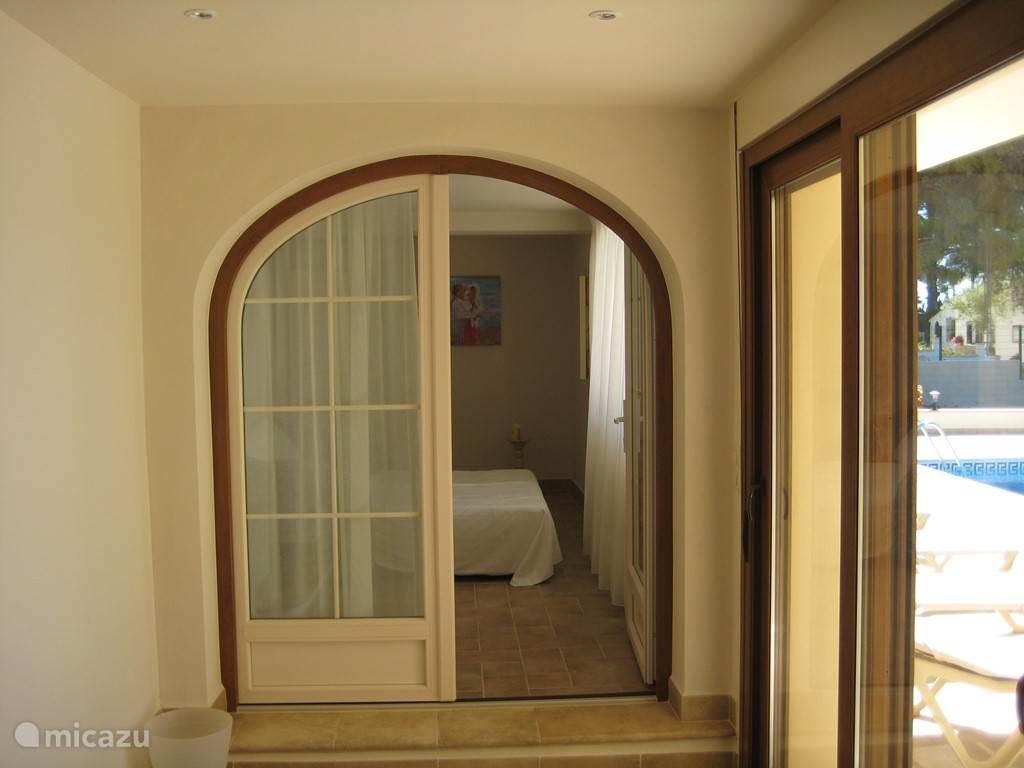 Zit-slaapkamer  kamer grenst aan het zwembad, hier staat een bedbank 165 x 200 cm
