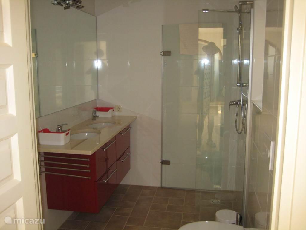 Badkamer 2 toegang vanuit slaapkamer 4.  Vrijdragend closet, inloopdouche. Vloerverwarming