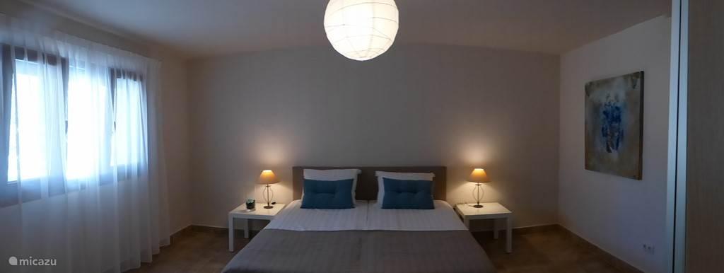 slaapkamer 4 grenst aan het zwembad. Boxspringbedden 90 x 210 cm. Dubbele kasten met schuifladen. Vloerverwarming