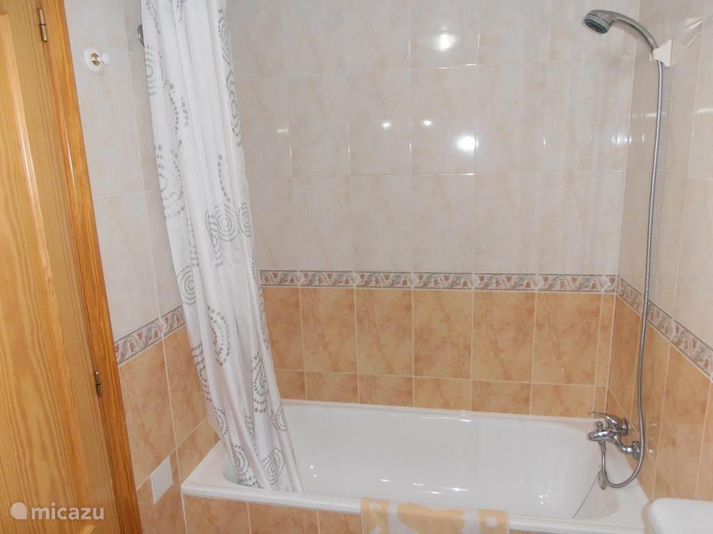 Ligbad met mogelijkheid om te douchen