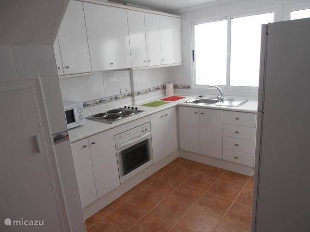 De keuken is uitgerust met oven, kookplaat, ijskast met diepvries, micro, wasmachine,waterketel, koffiezet, fruitpers, toaster etc.