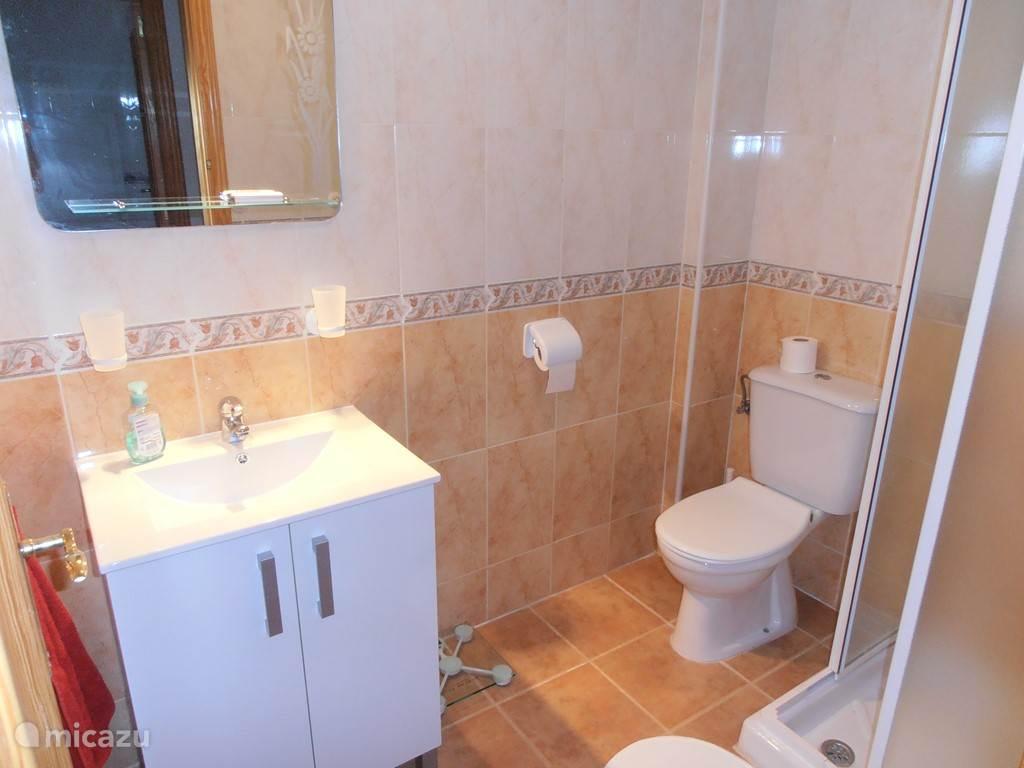 Op het gelijkvloers gelegen badkamer met douche