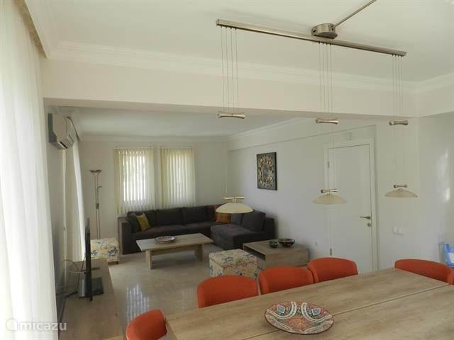 de woonkamer is ingericht met moderne meubelen van het luxe merk Kelebek. alle kamers zijn voorzien van airconditioning.