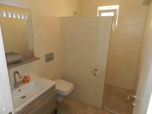 de 5badkamers zijn en-suite. wekelijks ontvangt iedere gast een kleine en grote handdoek en een badhanddoek voor bij het zwembad.