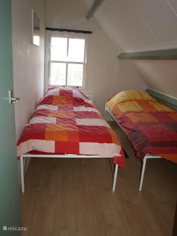 slaapkamer  met 2 eenpersoonsbedden (bij gebruik door 1 persoon is het bed ook eronder te schuiven)