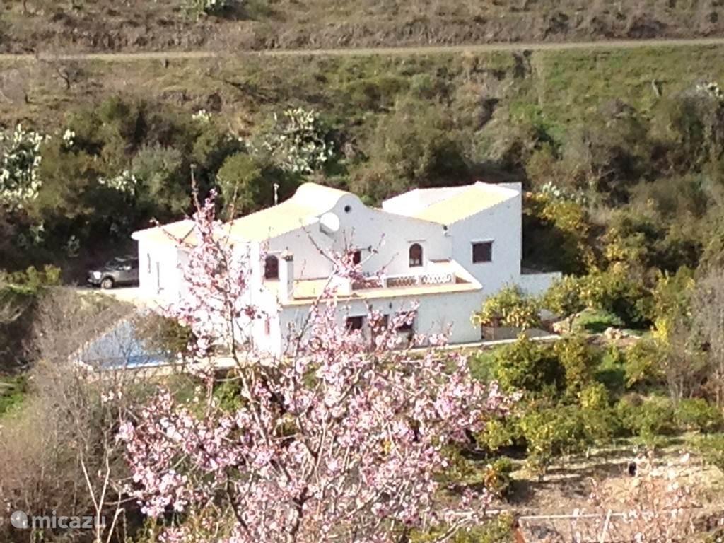 Het huis gezien vanaf de overkant van de rivier