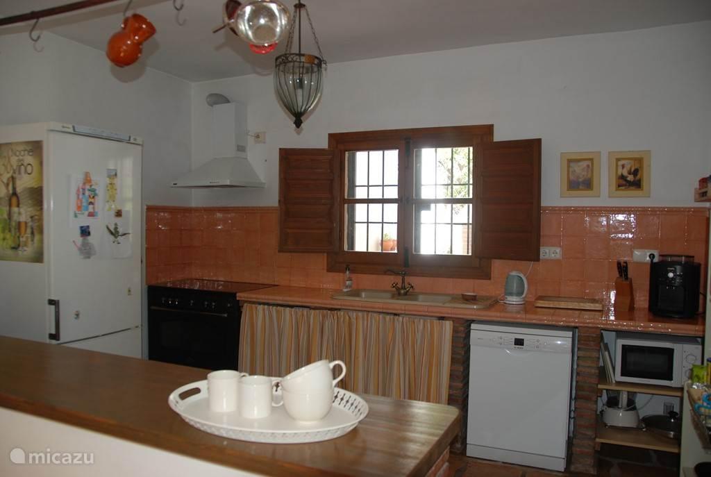 Keuken in rustieke stijl, 5 pits gasstel met gasoven, vaatwasser, magnetron, Krups koffiezetapparaat, en zeer ruime koel/vriescombinatie