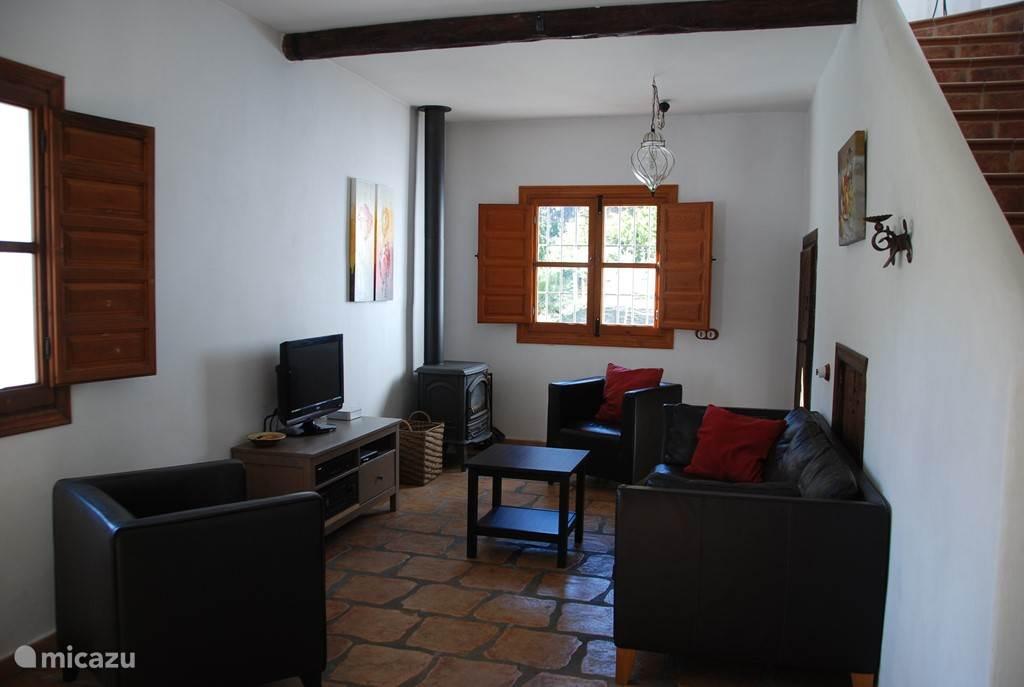 Comfortabele zithoek met 3 zitbank, fauteuils, houtkachel, televisie met satelietontvangst (oa alle Nederlandse zenders)