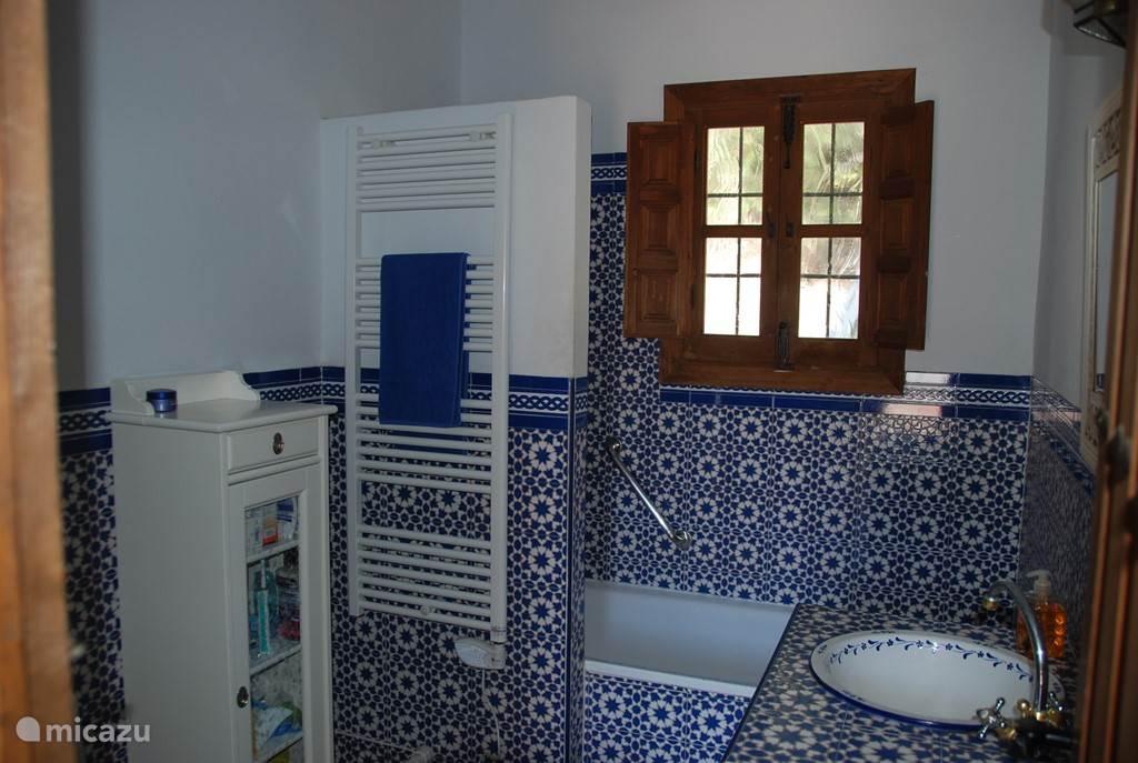 Badkamer Málaga met bad en douche