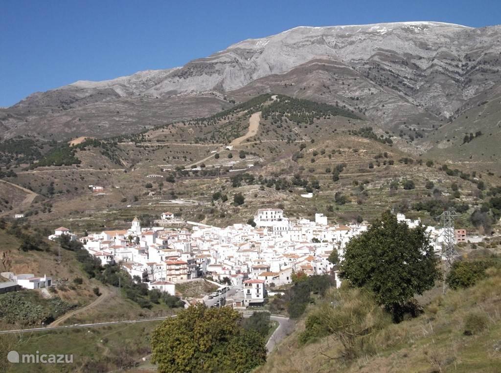 Het dorpje Sedella op 2,5km afstand van het huis, gelegen aan de voet van de berg de Maroma. Deze foto is in de winter genomen, er ligt dan regelmatig sneeuw op de toppen.