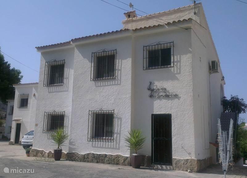 Welkom bij Casa Morena. Ons gezellige en ruime vakantiehuis in Moraira, waarvan wij de bovenverdieping verhuren.Dit is de kant van het huis waar de auto geparkeerd kan worden.  De deur op de begane grond geeft toegang tot het washok.
