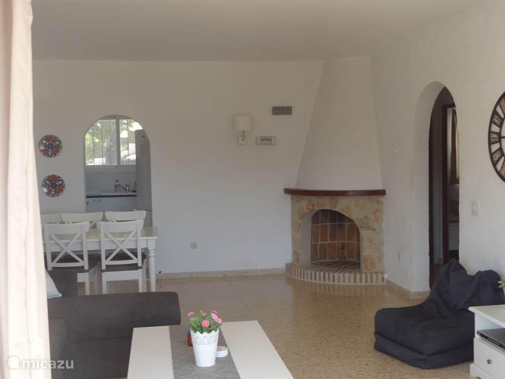 Dit is de woonkamer, met bank, uitschuifbare eettafel en televisie.