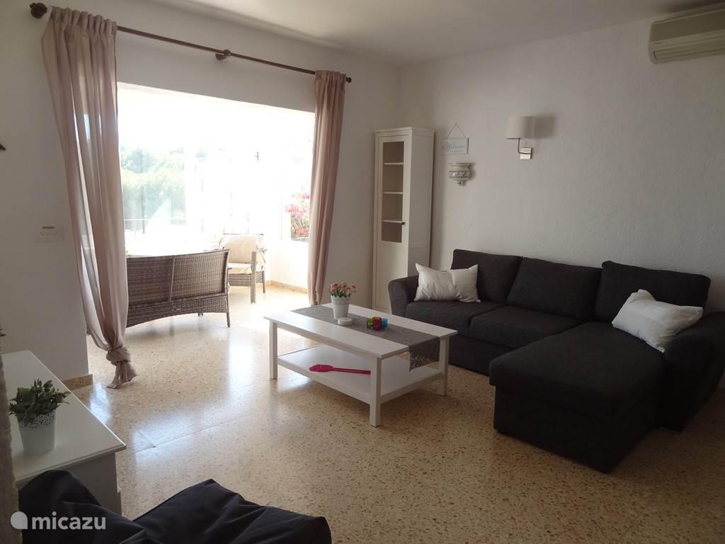 Nogmaals de woonkamer. Zoals te zien is het appartement voorzien van airco.