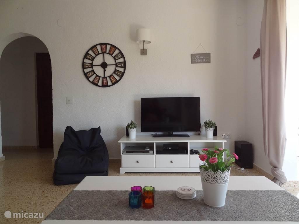 Het appartement is voorzien van een satelliet tv, een dvd speler en een muziekinstallatie. Ook is er WiFi in het appartement aanwezig.