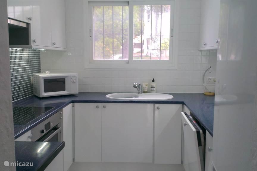 De keuken is voorzien van een inductie kookplaat, een oven, een magnetron, een koelkast, een vriezer en een afwasmachine. Ook zijn er een Senseo koffiezetapparaat, een waterkoker en een broodrooster.