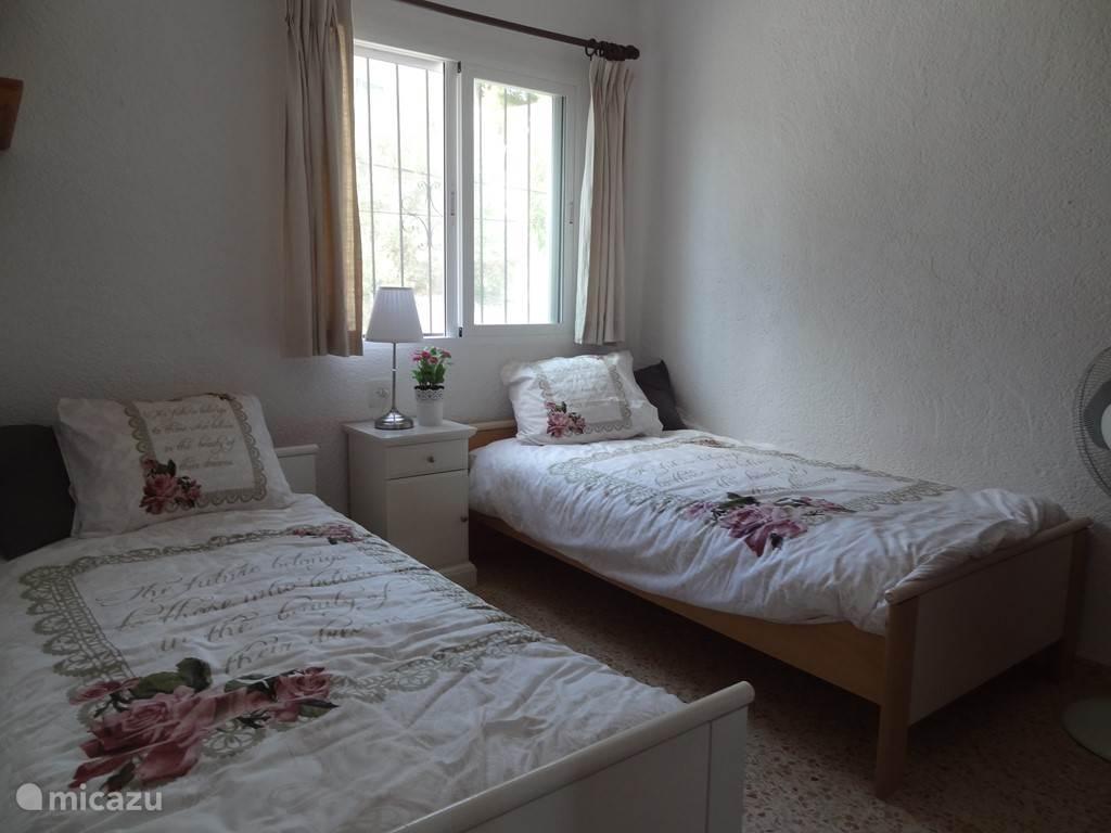Dit is slaapkamer twee. Een slaapkamer met twee eenpersoons bedden.