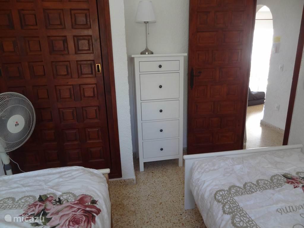 Ook deze slaapkamer heeft een ruime inbouwkast. Daarnaast staat er een ladekast om overige kleding in op te bergen.
