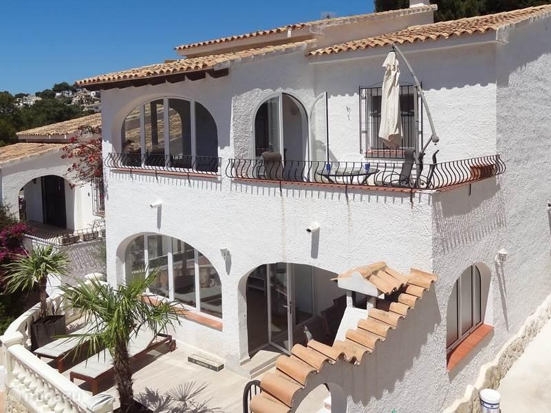 Huis gezien vanaf de buren.. Op de bovenverdieping bevinden zich de drie slaapkamers, twee badkamers, keuken, woonkamer, naya en balkon. Vanaf het balkon is er zicht op de zee. Zomers betekent dit een lekker fris zeewindje.